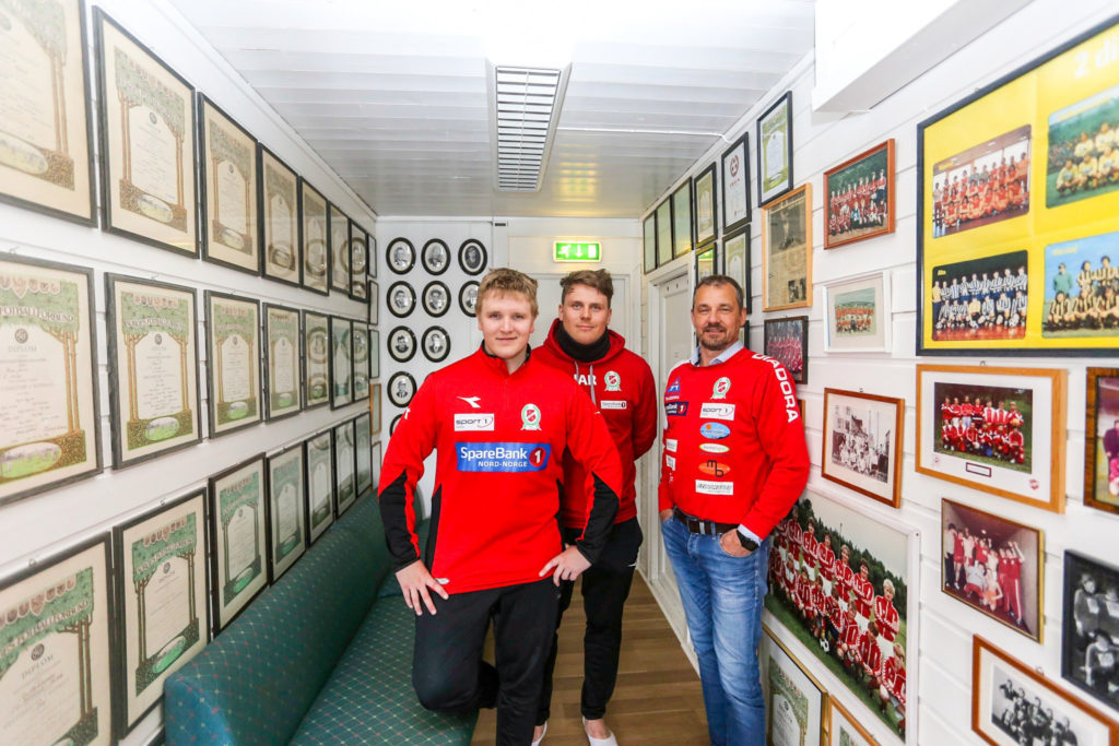 """Magnus, Johan og Ronald viser frem Norildhusets """"Walls of fame"""""""